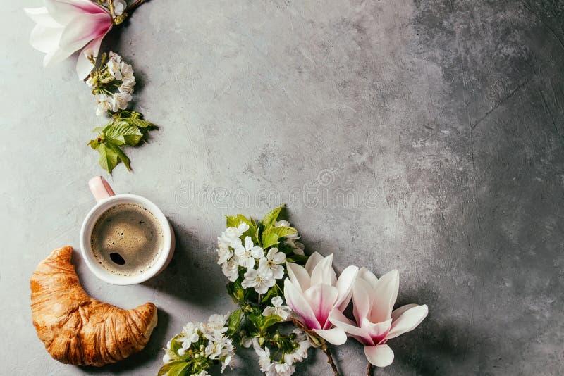 与春天花的咖啡 免版税库存图片