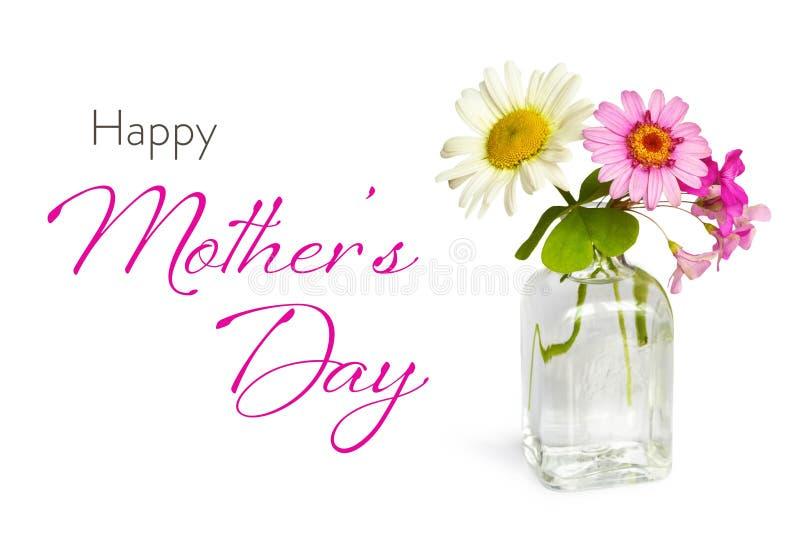 与春天花的愉快的母亲节卡片在白色背景隔绝的花瓶 免版税图库摄影