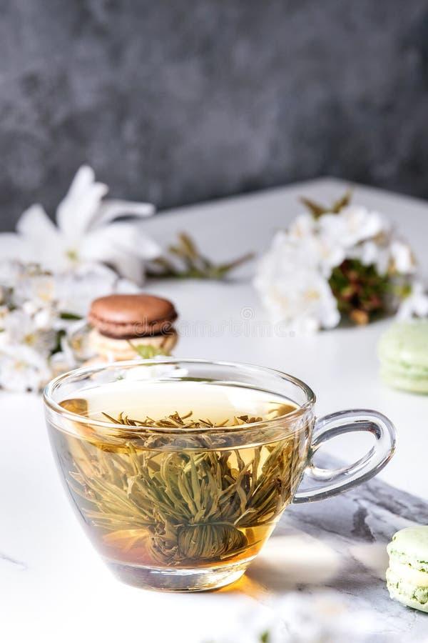 与春天花的茶 免版税库存照片