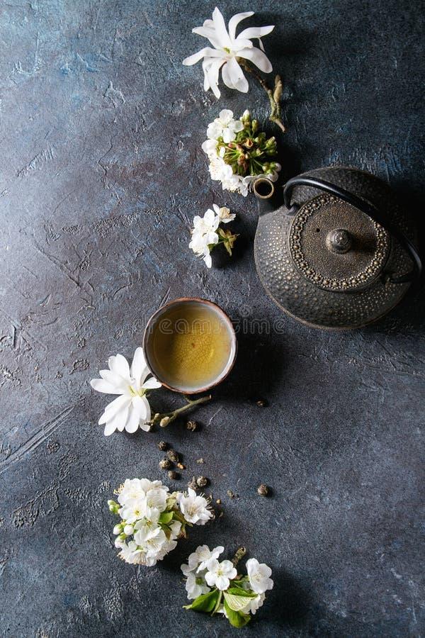 与春天花的茶 免版税图库摄影