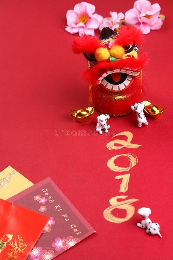 与春节装饰-系列3的微型狗 免版税图库摄影