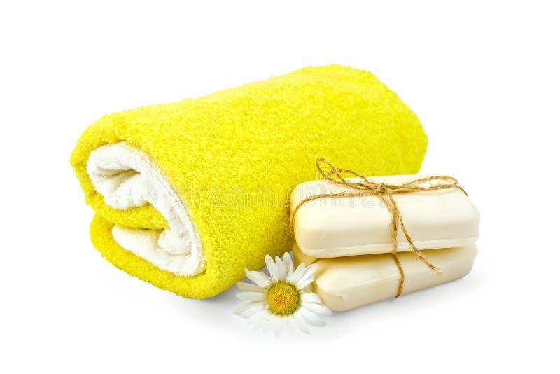 与春黄菊和毛巾的肥皂白色 免版税库存照片