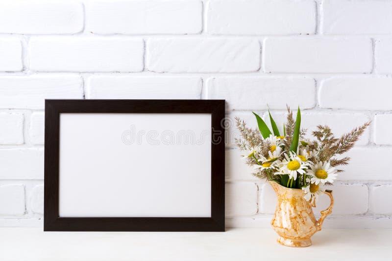 与春黄菊和草的黑棕色风景框架大模型 免版税图库摄影
