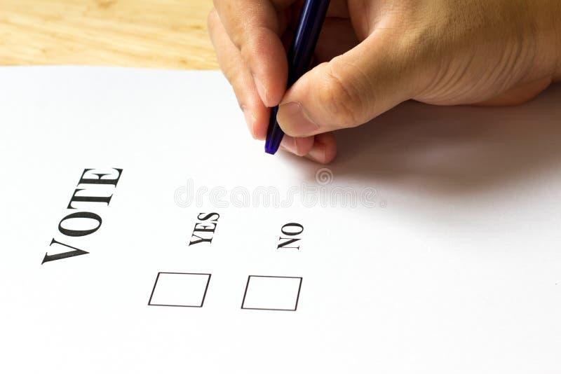 与是的决定纸和与人的选择不拿着在w的笔 免版税库存图片