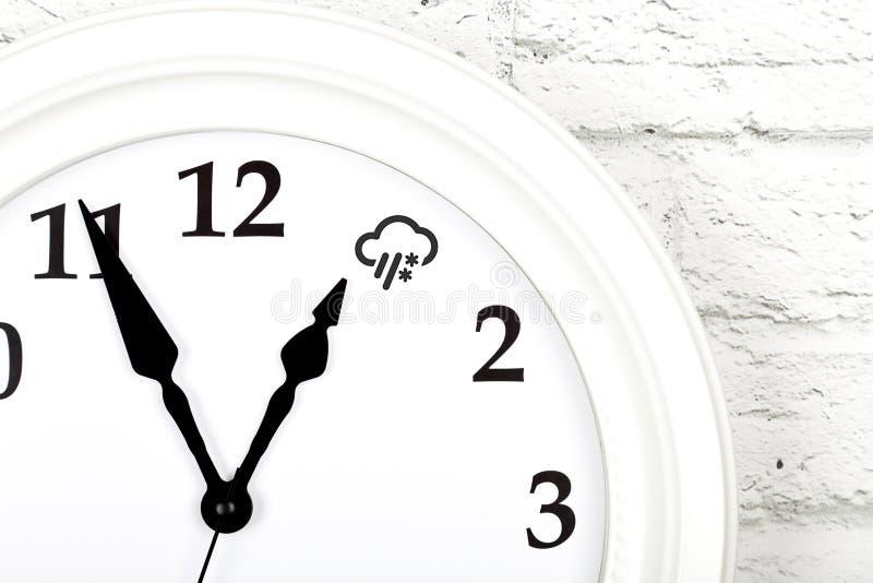 与显示天气的时钟的天气预报概念 免版税库存图片