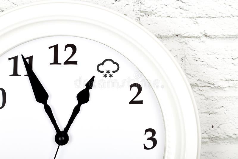 与显示天气的时钟的天气预报概念 免版税图库摄影