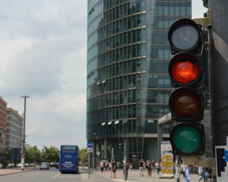 与显示红色轻的选择聚焦的红绿灯的都市风景 库存图片