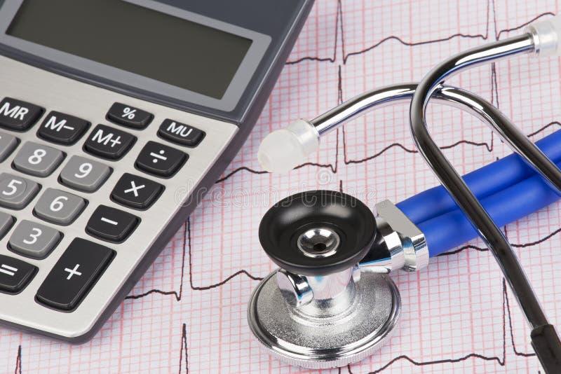 与显示医疗保健的费用听诊器和计算器的EKG 免版税库存图片