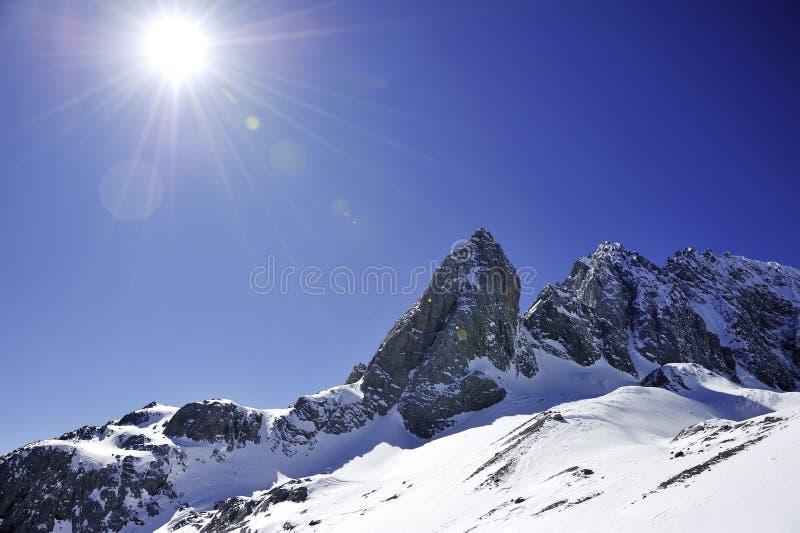 与晴朗的天空的雪山 库存图片