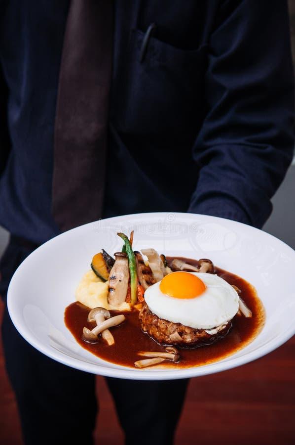 与晴朗的边的日本汉堡牛排鸡蛋 库存图片