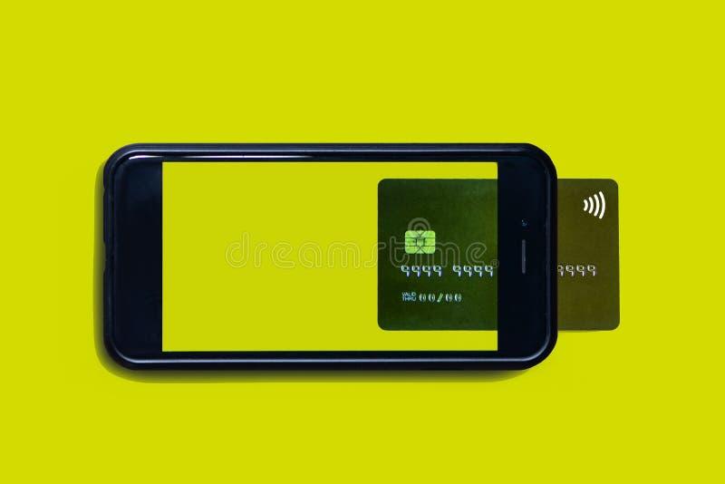 与智能手机和信用卡的互联网购物 智能手机喜欢流动钱包 库存照片