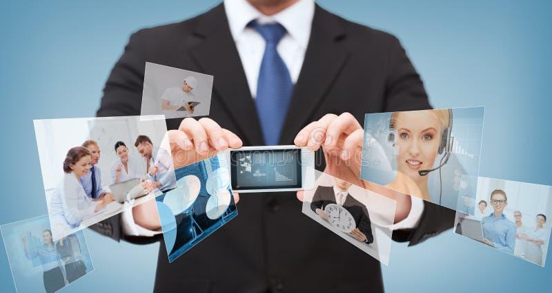与智能手机的在屏幕上的商人和新闻 库存图片