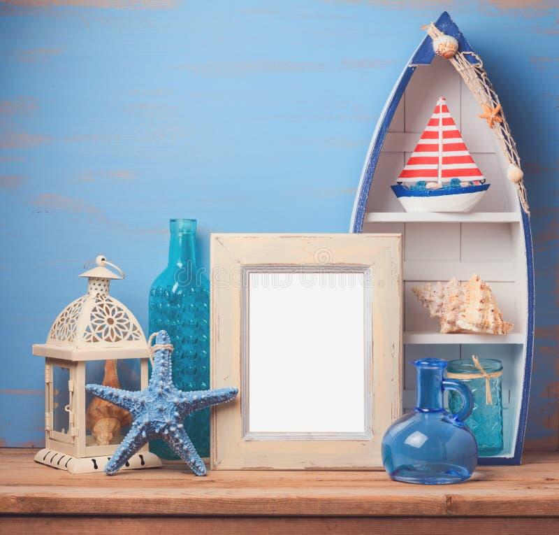 与暑假船舶装饰的照片框架 免版税库存图片