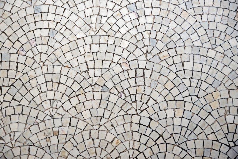 与曲度的大理石鹅卵石路面 免版税库存照片
