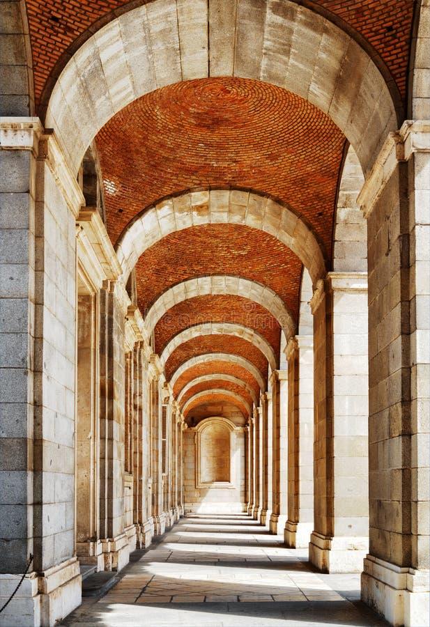 与曲拱和专栏的段落对Madri王宫  免版税库存照片