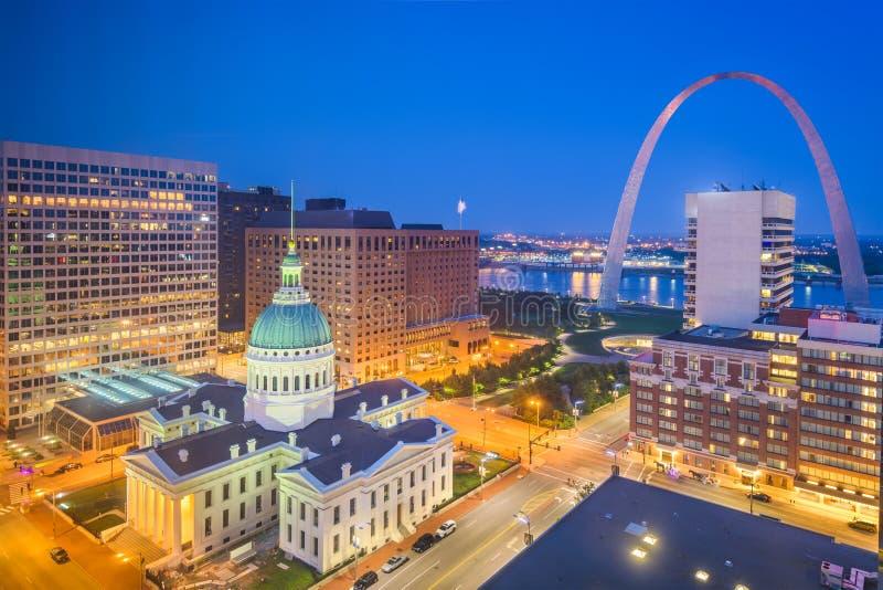 与曲拱和法院大楼的圣路易斯,密苏里,美国街市都市风景 免版税库存照片