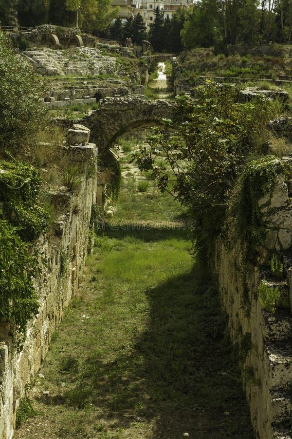 与曲拱的历史的石段落在罗马圆形剧场在西拉库萨在西西里岛 免版税库存图片