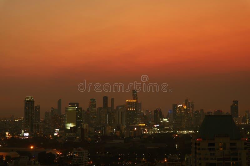 与曼谷摩天大楼的难以置信的都市看法黄昏的 库存照片