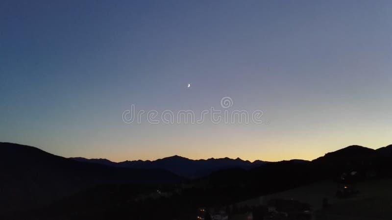与月亮的日落 免版税库存照片