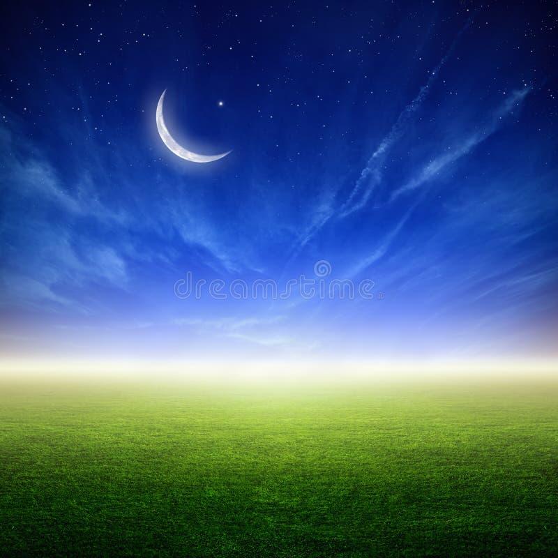 与月亮的美好的日落 免版税库存图片