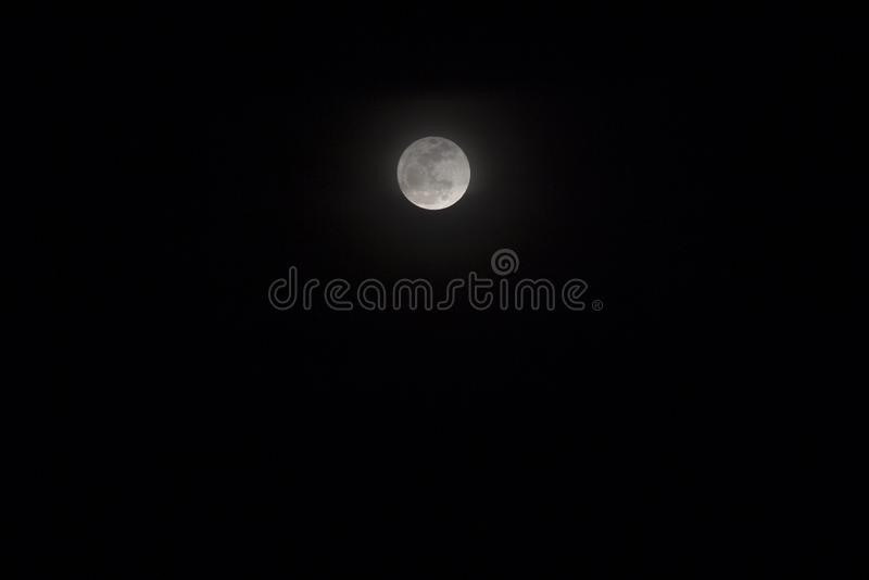 与月亮阶段的Skyscape在赤道 黑白夜空照片 库存图片