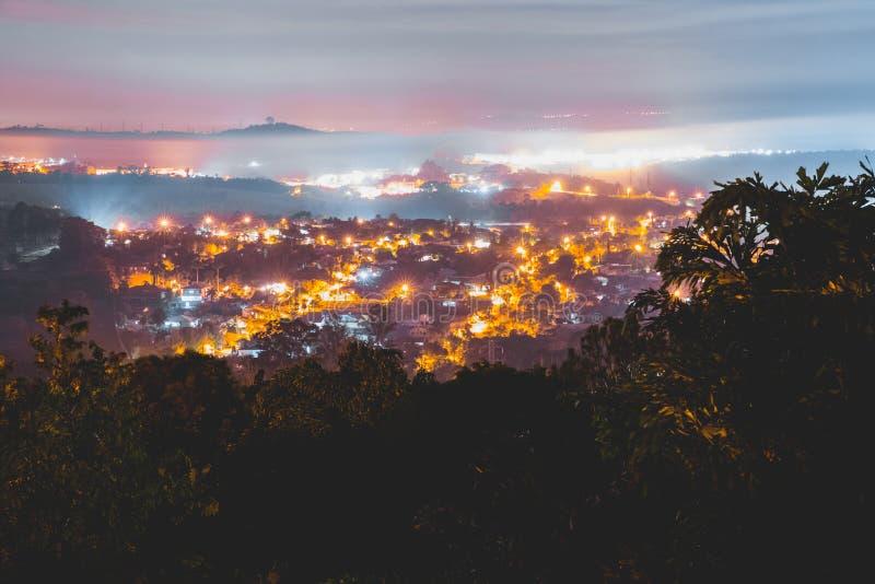 与有些云彩和城市的夜 库存照片