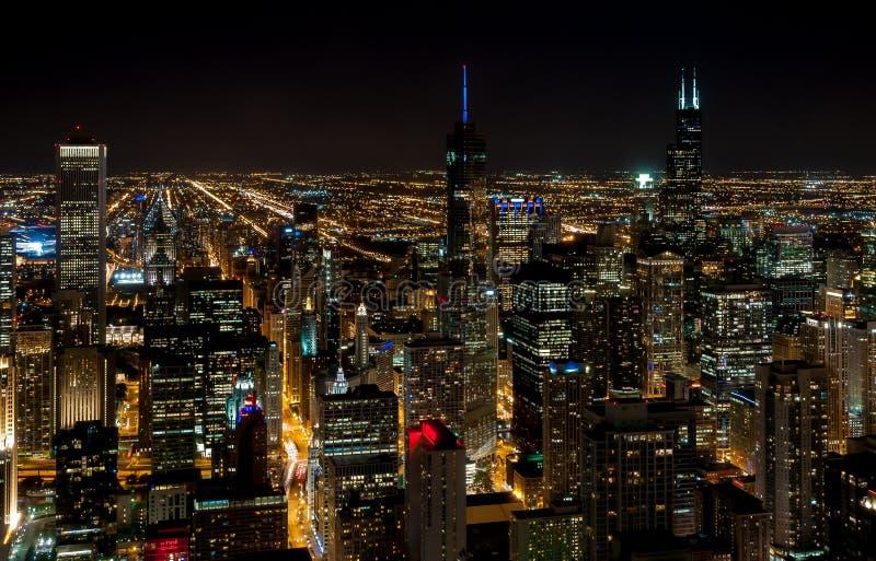 与有启发性摩天大楼在夜之前,美国的芝加哥地平线顶视图 免版税库存照片