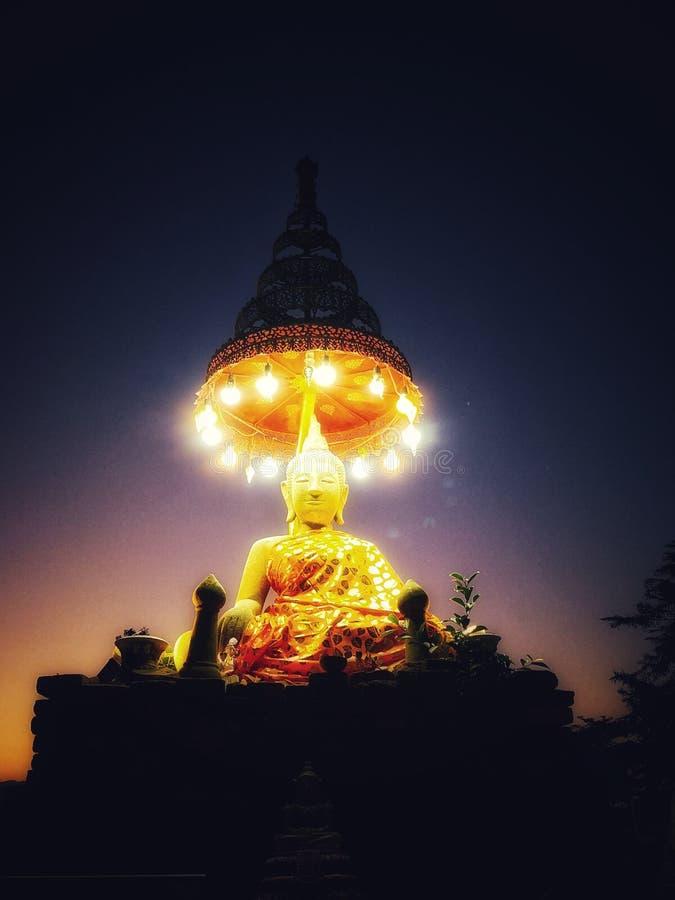 与有排列的伞的好的金黄菩萨雕象 库存图片