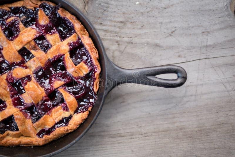 与有机自然成份的健康自创烘烤的樱桃饼由在木背景设定的夏天沙漠的妻子与 库存图片