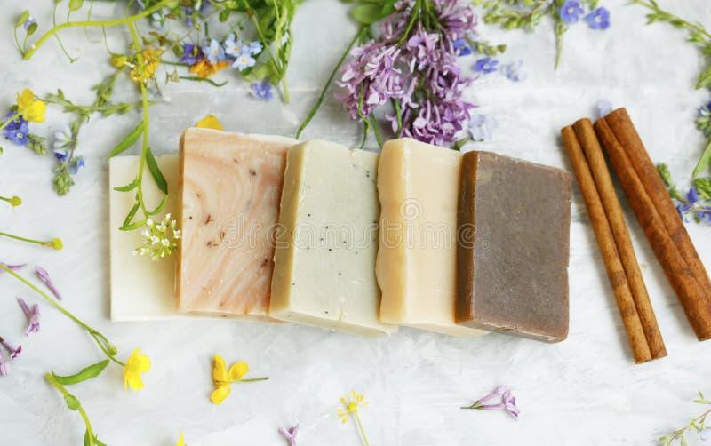 与有机药用植物和花的自然手工制造肥皂酒吧 与自然精油的自创美容品从 库存图片