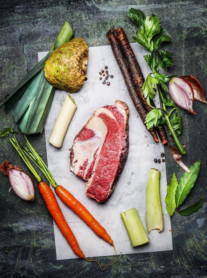 与有机菜成份的未加工的牛的胸部肉肉烹调在土气背景的汤或汤的 免版税库存图片