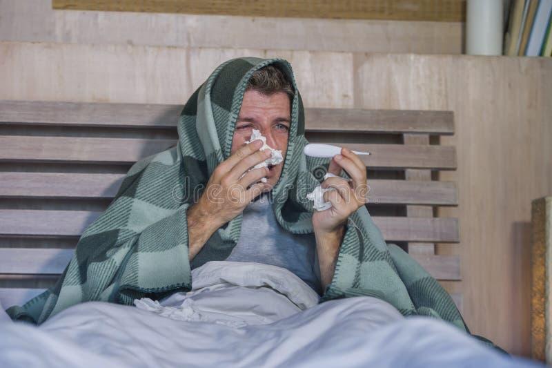 与有的组织的病的在家被浪费的和被用尽的人床说谎的感觉不适的遭受的寒冷和流感打喷嚏的鼻子病毒和 库存照片