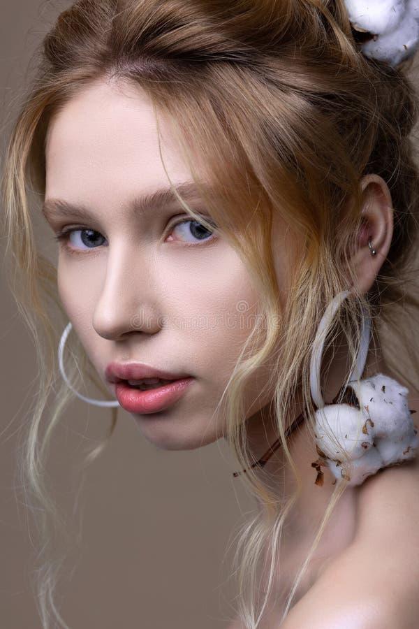 与有自然的构成的模型棉花片断在肩膀的 图库摄影
