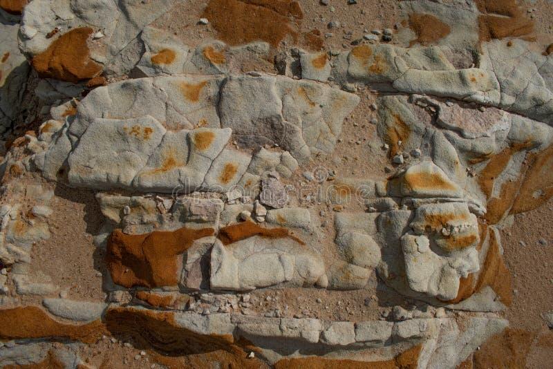 与有趣的样式和颜色的岩石露头 免版税库存图片