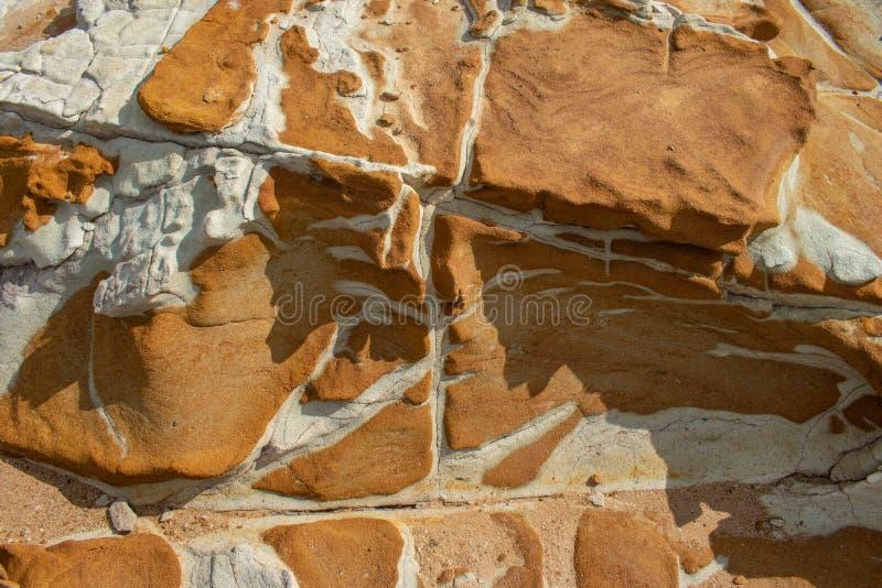 与有趣的样式和颜色的岩石露头 免版税库存照片