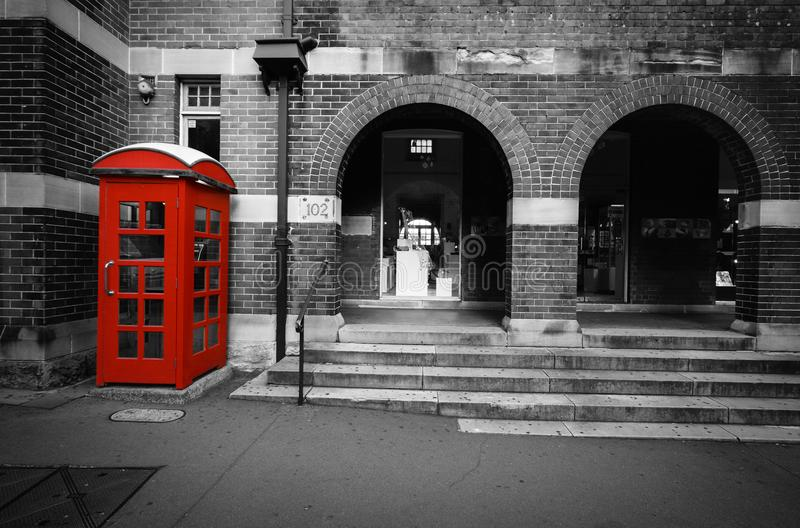 与有选择性的颜色的黑白街道场面在一个红色电话箱子在悉尼,澳大利亚 免版税库存图片