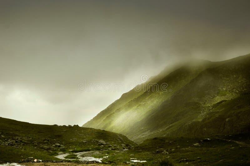 与有雾的山的难以置信的风景 库存图片