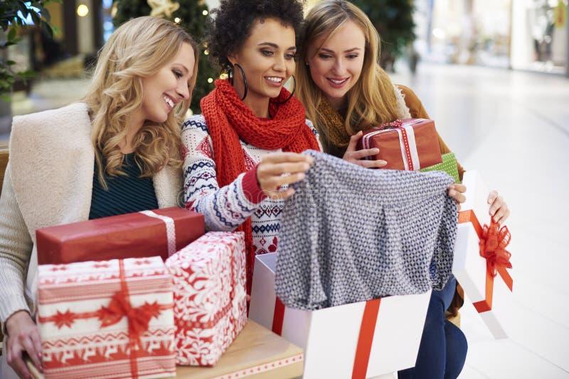 与朋友的圣诞节购物 图库摄影