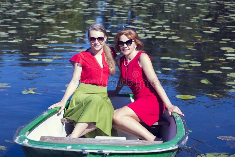 与朋友的晴朗的下午湖的 免版税库存照片