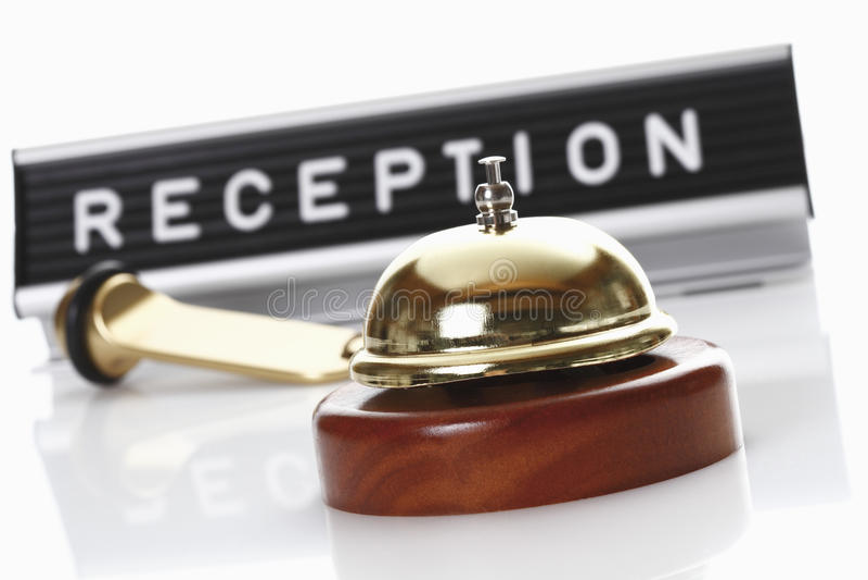 与服务响铃和旅馆钥匙的招待会标志 库存照片
