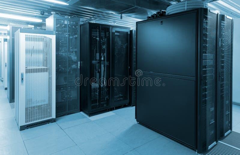 与服务器机架的数据中心有强加的口气的 库存图片