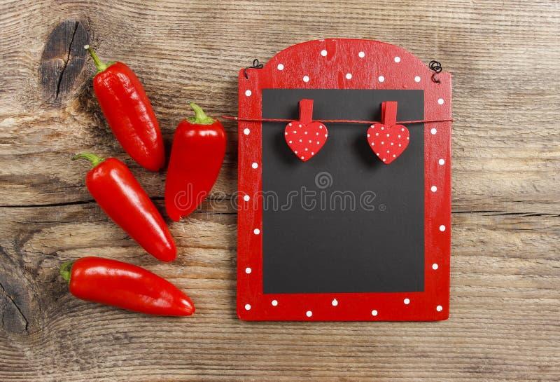 与服装扣子的红色和黑备忘录板在心脏形状 图库摄影