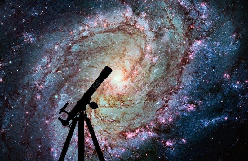 与望远镜剪影的空间背景  更加杂乱83 免版税库存图片