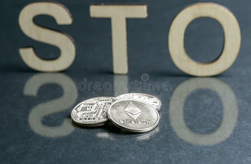 与木信件和银币的安全象征性的提供的STO标志在它,Ethereum概念前面 图库摄影
