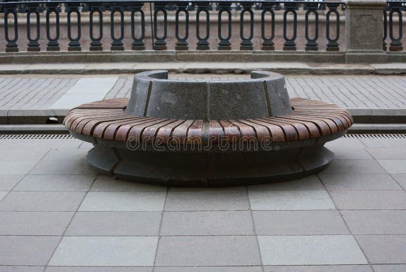 与木修剪的圆的花岗岩长凳 免版税图库摄影