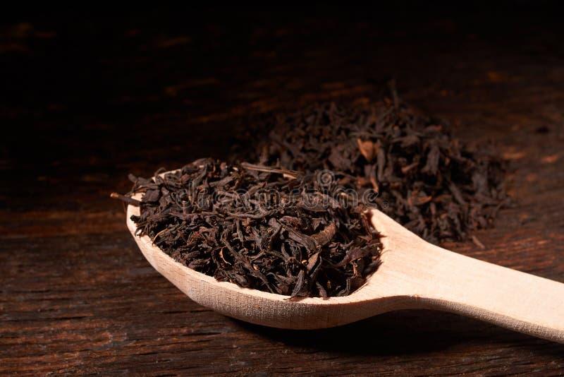 与木匙子关闭的宽松茶在木桌上 选择聚焦 库存图片