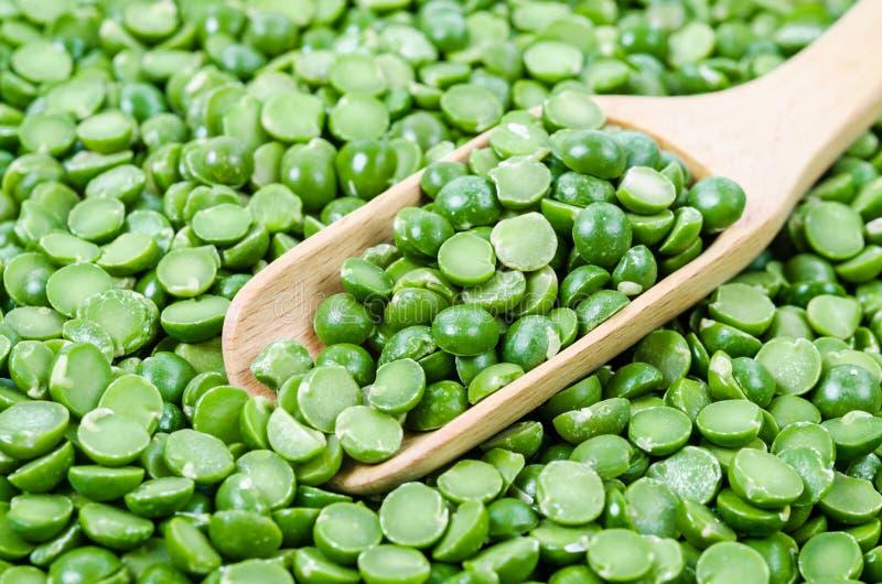 与木匙子的绿色干豌豆 图库摄影