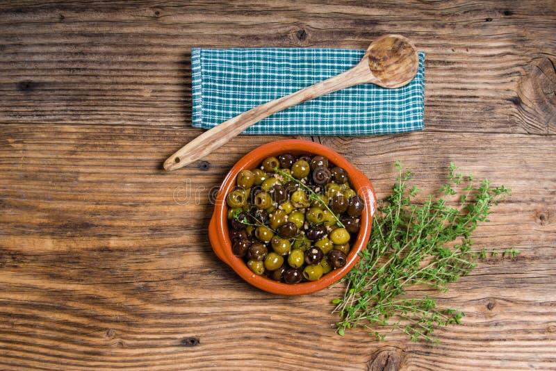 与木匙子的绿色和黑橄榄 免版税库存图片