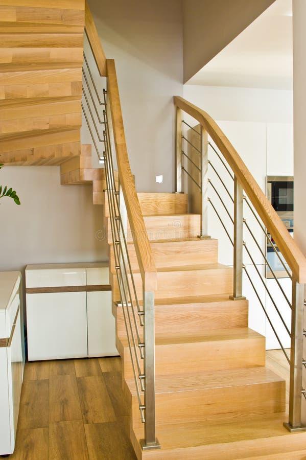 与木台阶的现代家庭客厅区域 免版税库存图片