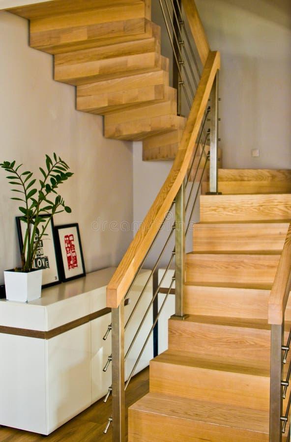 与木台阶的现代家庭客厅区域 库存照片